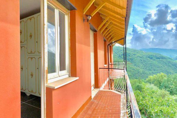 Attico con balconata vivibile e terreno Davagna