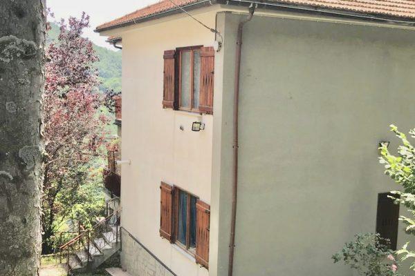 Villa Trifamiliare Davagna in parco privato